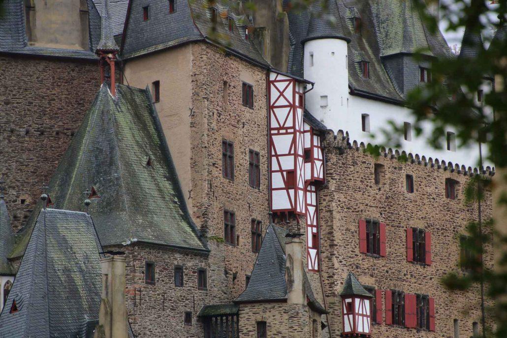 Blick auf die verschiedenen Häuser der Burg Eltz