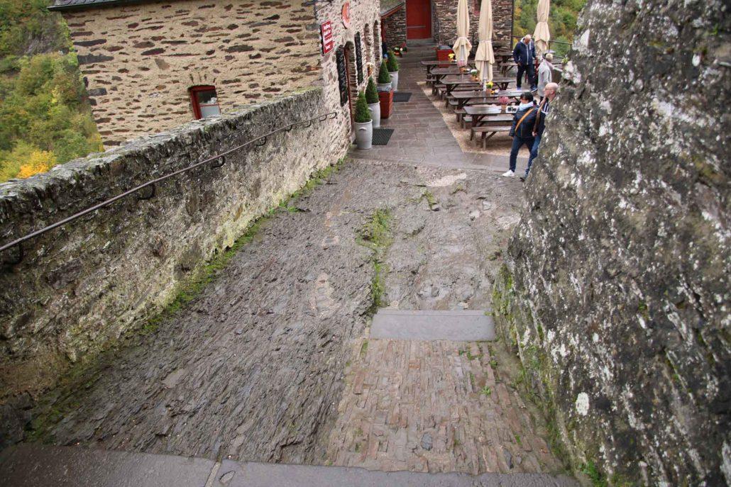 mit den Jahrhunderten ausgewaschene Stufen der Burg Eltz