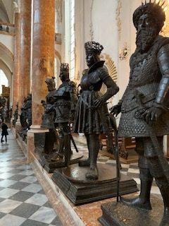 Bronzestatuen in der Hofkirche Innsbruck