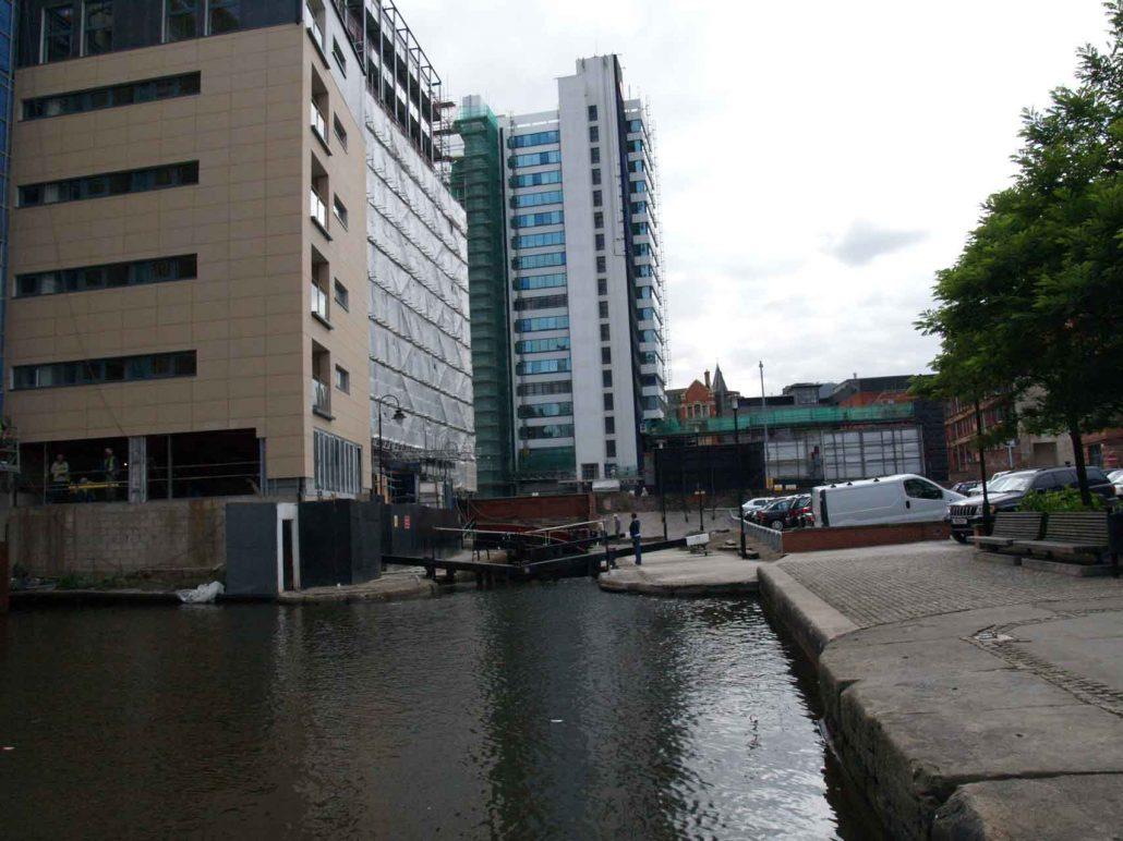 Kanal mit Schleuse unter Hochhaus in Manchester