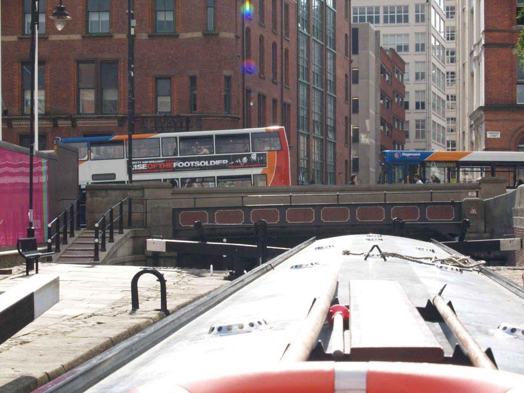 Mit dem Hausboot durch die Innenstadt von Manchester