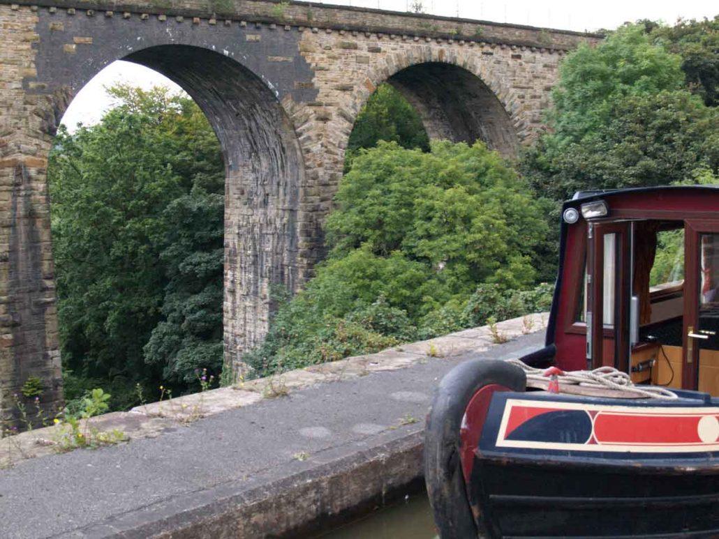 Narrowboat auf dem Viadukt