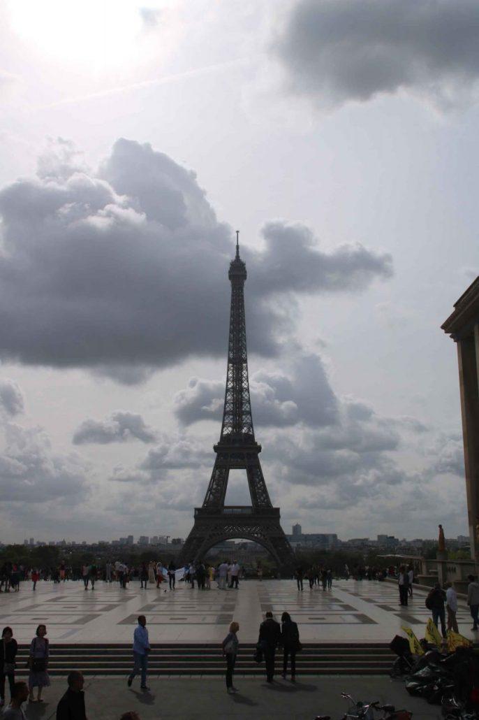 Paris - Eiffelturm mit bewölktem Himmel