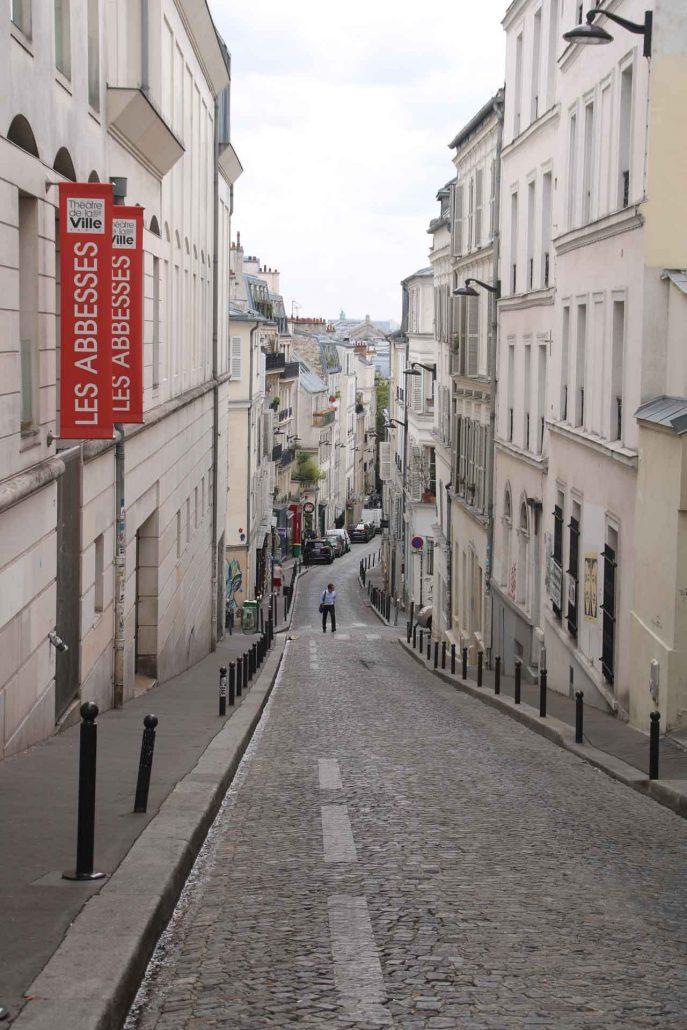 leere Straße in Montmartre, Paris