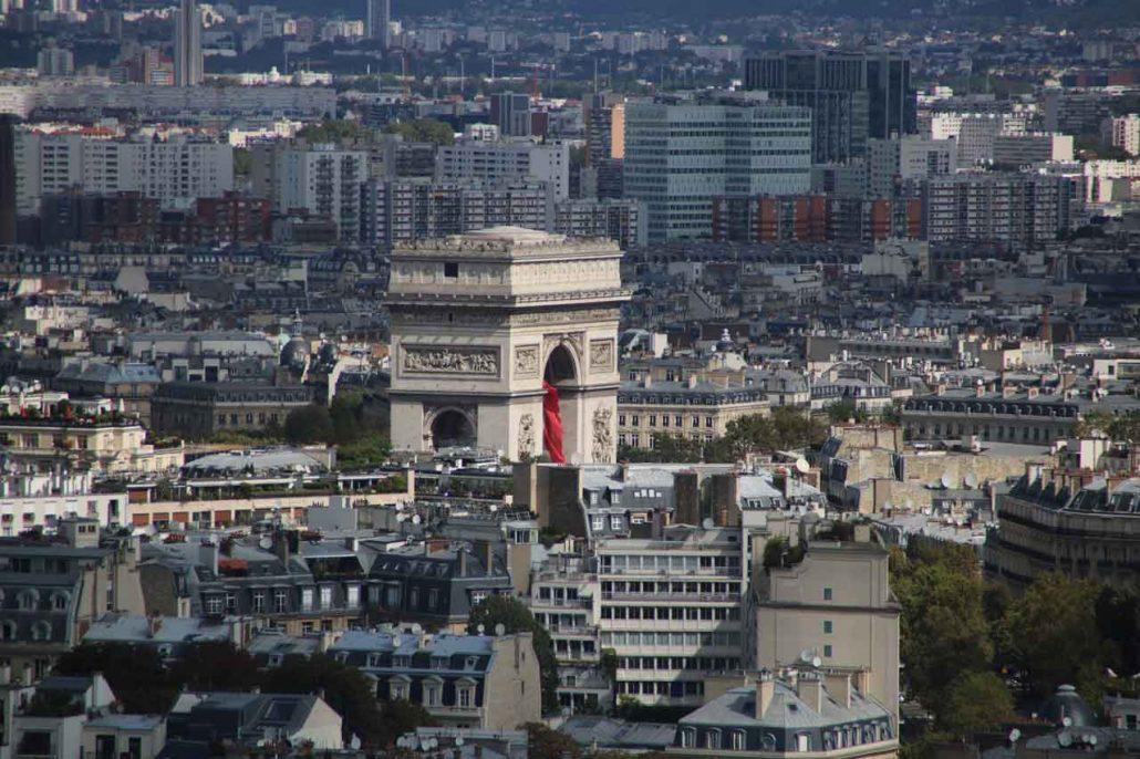 Blick vom Eiffelturm auf den Triumphbogen in Paris