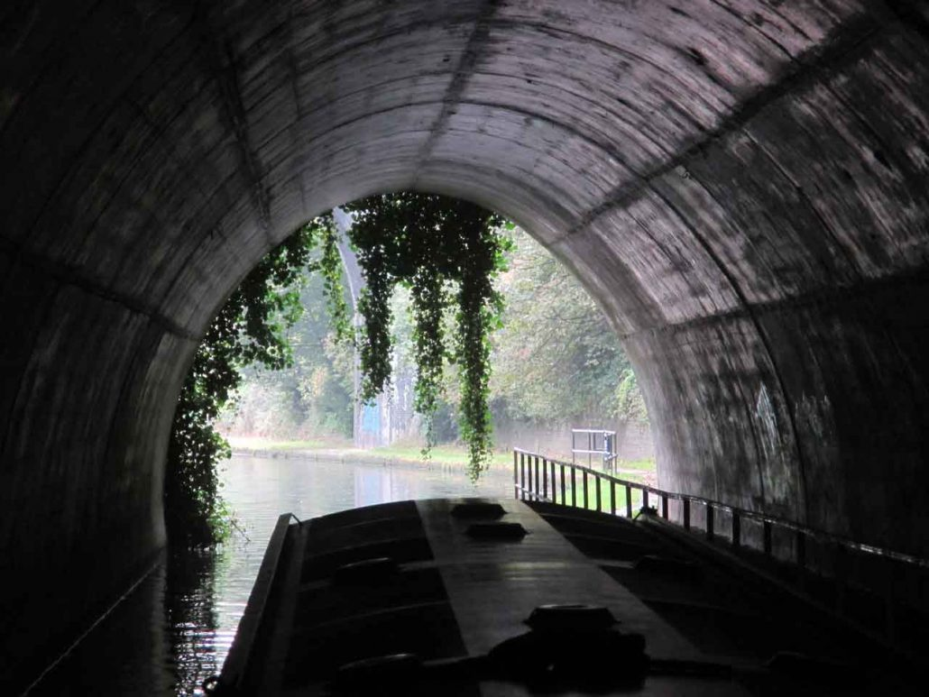 Mit dem Hausboot durch den Tunnel