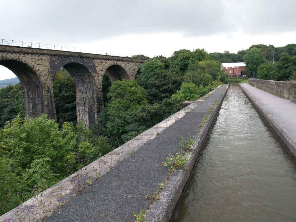 Mit dem Hausboot über das Viadukt