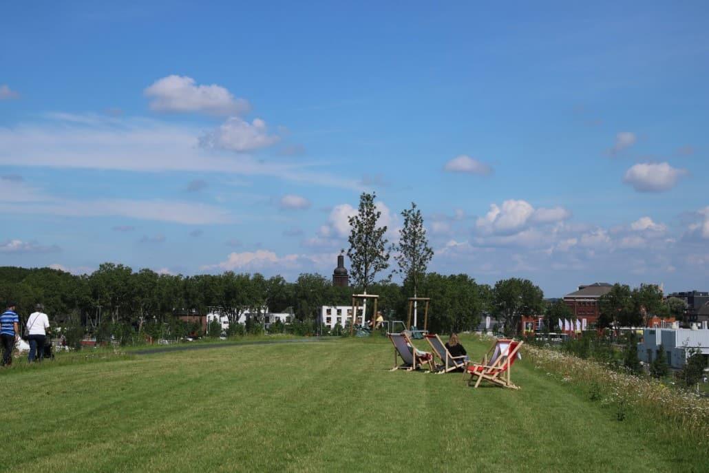 ausgedehnte Rasenflächen im Zechenpark